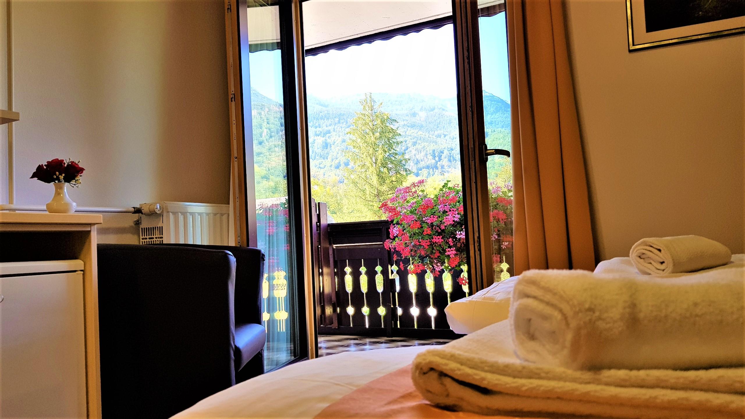 Dvoposteljna soba z balkonom in pogledom na gore