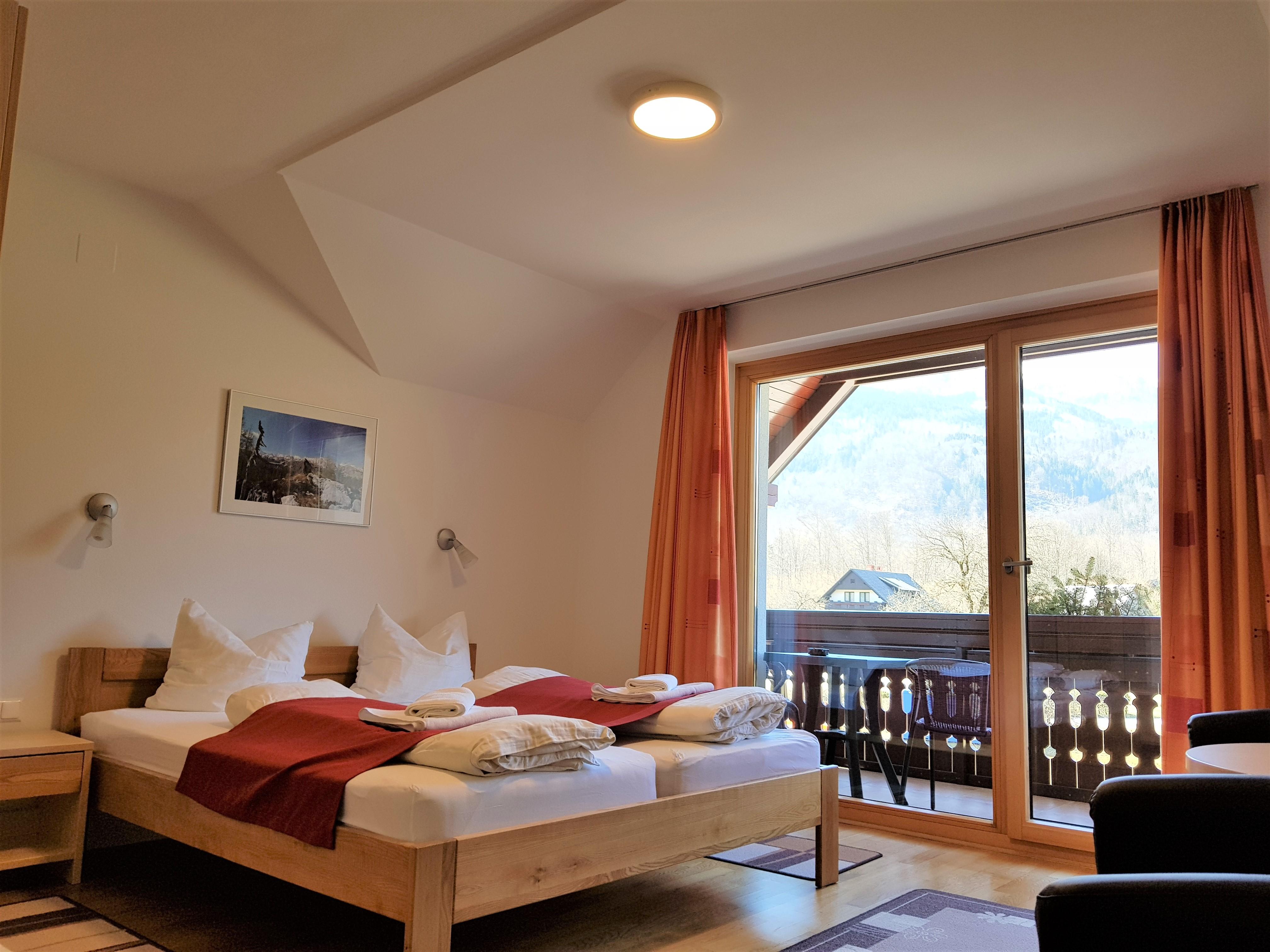 Štiriposteljna soba z balkonom in s pogledom na gore